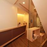 二樓櫃台及牆面|新竹愛生美皮膚科醫學美容診所